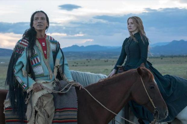woman-walks-ahead-mit-jessica-chastain-und-michael-greyeyes
